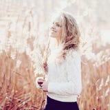 美丽的白肤金发的女孩纵向年轻人 库存图片