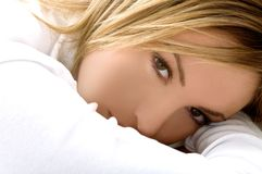 美丽的白肤金发的女孩纵向 免版税库存图片