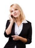 美丽的白肤金发的女孩联系在电话 免版税库存照片