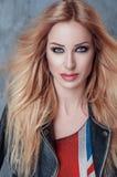 美丽的白肤金发的女孩画象有奢侈长的头发和蓝眼睛的 免版税库存图片