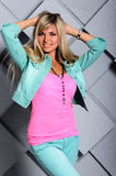 美丽的白肤金发的女孩画象演播室背景的 免版税图库摄影