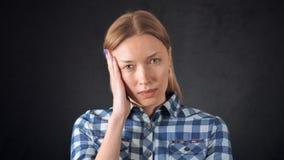 美丽的白肤金发的女性是在从偏头痛的痛苦中 影视素材