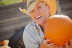 美丽的白肤金发的女性蓄牧者佩带的牛仔帽  免版税库存图片