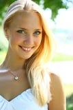 美丽的白肤金发的女性长期头发年轻&# 免版税库存照片