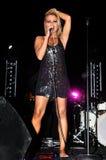 美丽的白肤金发的女歌手 免版税库存图片