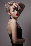 美丽的白肤金发的妇女。减速火箭的时尚图象。 免版税库存图片