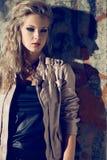 美丽的白肤金发的妇女佩带的皮夹克 免版税库存图片