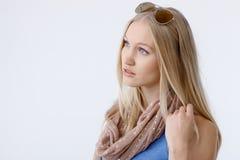美丽的白肤金发的妇女侧视图  免版税库存图片
