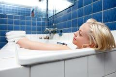 美丽的白肤金发的妇女在巴恩 免版税库存照片