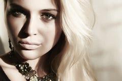 美丽的白肤金发的妇女在白天。在面孔的阴影 库存图片