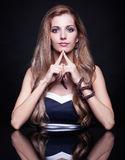 年轻美丽的白肤金发的妇女在镜子桌上坐黑ba 库存照片