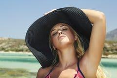 美丽的白肤金发的妇女在hat.paradise海岛 库存图片