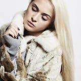美丽的白肤金发的妇女女孩以貂皮毛皮Coat.winter时尚 免版税图库摄影