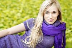 美丽的白肤金发的妇女室外春天画象 库存图片