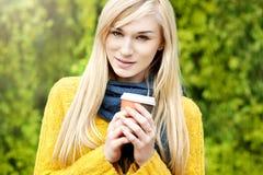 美丽的白肤金发的妇女室外春天画象 免版税库存图片