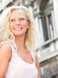 美丽的白肤金发的妇女微笑的愉快的画象 库存图片