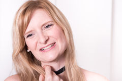 美丽的白肤金发的妇女微笑着-画象接近  免版税库存图片