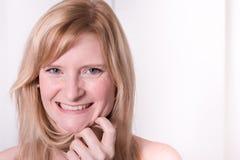 美丽的白肤金发的妇女微笑着-画象接近  免版税库存照片