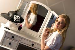 美丽的白肤金发的妇女掠过的头发卧室虚荣自然秀丽 库存照片
