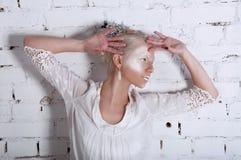 美丽的白肤金发的妇女演播室画象有白色构成的 免版税库存图片