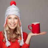 美丽的白肤金发的妇女用一份芳香热的咖啡在手中 库存图片