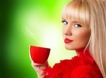 美丽的白肤金发的妇女用咖啡或茶 免版税库存图片