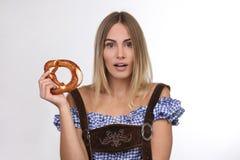 美丽的白肤金发的妇女用椒盐脆饼 免版税库存图片