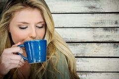 美丽的白肤金发的妇女画象的综合图象喝咖啡的  库存图片