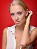 美丽的白肤金发的妇女的画象在演播室 库存照片