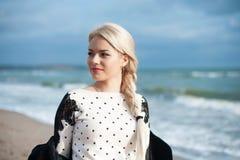 美丽的白肤金发的妇女的画象晴朗的 图库摄影