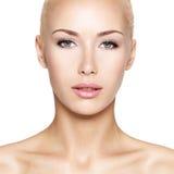 美丽的白肤金发的妇女的画象 图库摄影