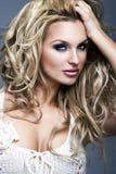 美丽的白肤金发的妇女纵向  库存照片