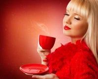 美丽的白肤金发的妇女饮用的咖啡 库存照片