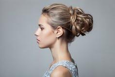 美丽的白肤金发的妇女 发型和构成 免版税库存照片