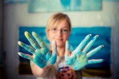 美丽的白肤金发的妇女画家 免版税库存照片