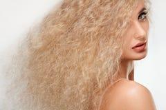 美丽的白肤金发的妇女画象。健康长的金发。 免版税库存照片