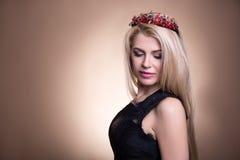 年轻美丽的白肤金发的妇女画象冠和空间的 免版税库存照片