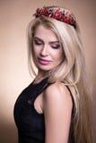 年轻美丽的白肤金发的妇女画象冠的在灰棕色 免版税库存照片
