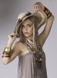 美丽的白肤金发的妇女画象徒步旅行队衣物的有帽子和首饰的 库存图片