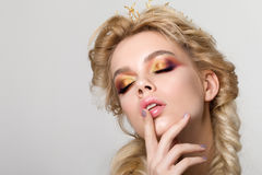 年轻美丽的白肤金发的妇女画象有创造性的构成的 免版税库存图片