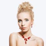 美丽的白肤金发的妇女画象有红宝石首饰的 库存图片