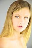 美丽的白肤金发的妇女画象有蓝眼睛的没有构成 免版税库存图片