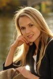 美丽的白肤金发的妇女画象  库存照片