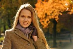 美丽的白肤金发的妇女画象  免版税图库摄影