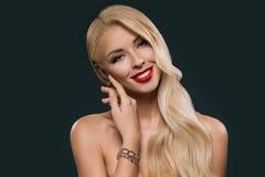 美丽的白肤金发的嫩妇女画象有构成的 库存照片