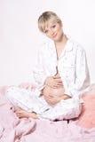 美丽的白肤金发的孕妇 免版税库存照片