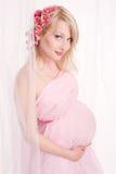 美丽的白肤金发的孕妇 库存图片