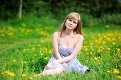 美丽的白肤金发的室外纵向妇女年轻人 免版税库存照片