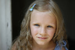 美丽的白肤金发的小女孩佩带的牛仔裤射击的关闭穿戴,看照相机 免版税库存照片