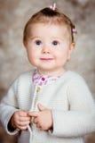 美丽的白肤金发的小女孩特写镜头画象  库存图片
